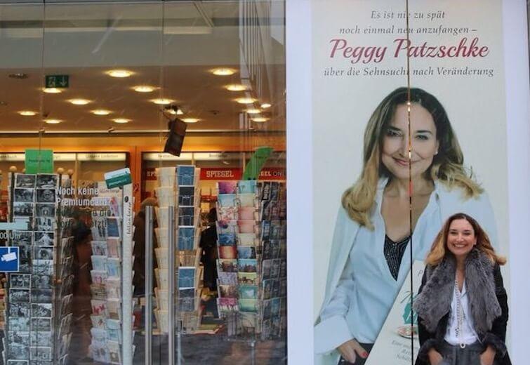 Peggy Patzschke vor Muschelprinzip Plakat